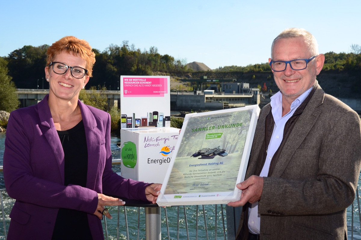 """Auszeichnung von """"Energiedienst"""" in Lörrach für die Handysammel-Aktion, Übergabe der Sammel-Urkunde"""