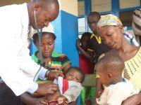 Arzt Untersuchung bei Kind