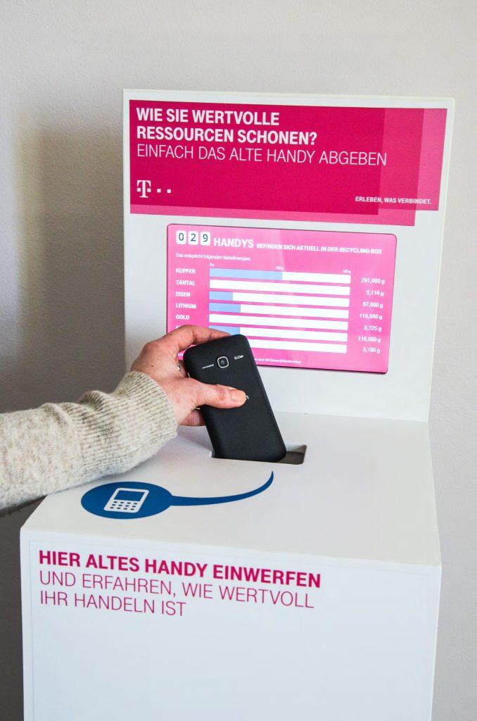 Mobile, digitale Handysammelbox Hand wirft Handy ein