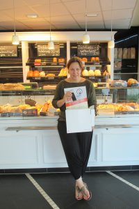 Cornelia Veit geschäftsführende Gesellschafterin Bäckerhaus Veit mit der Handy-Sammelbox